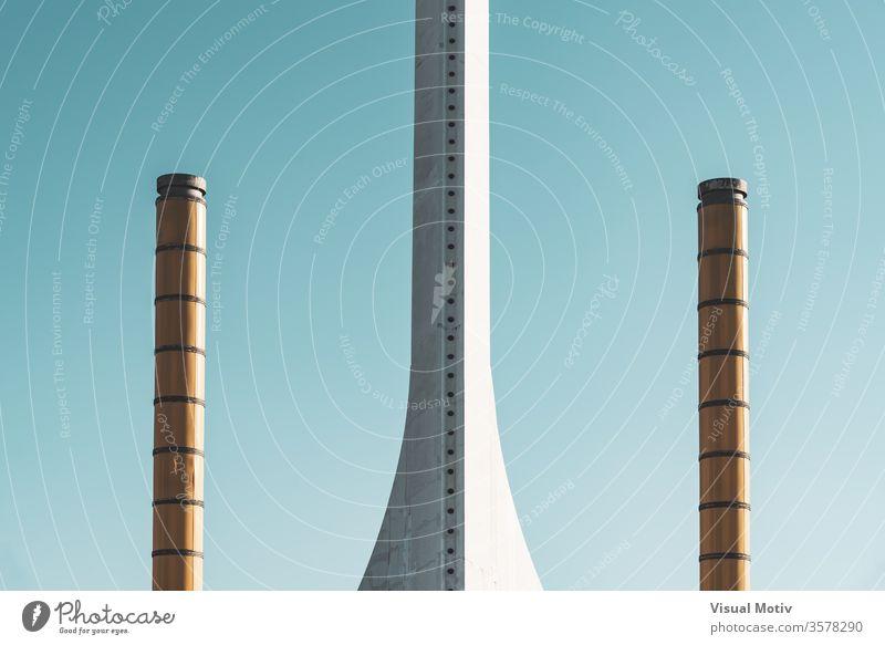 Detail des Sockels eines weißen Kommunikationsturms, der von zwei Lichtsäulen umgeben ist Detailaufnahme Basis Mitteilungen Turm Himmel wolkenlos Konstruktion