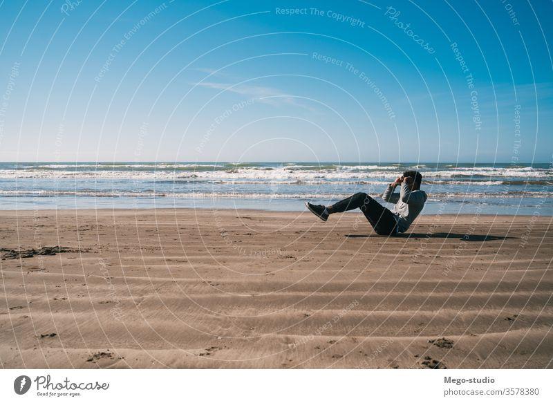 Athletischer Mann, der am Strand Sport treibt. Training Person Fitness Übung männlich passen aktiv Gesundheit im Freien sportlich Menschen Körper außerhalb