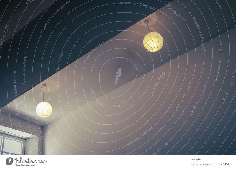 Zwei-Papier-Lampenschirme Häusliches Leben Innenarchitektur Raum Architektur blau gelb weiß Licht Beleuchtung Studiobeleuchtung diagonal Fenster Decke