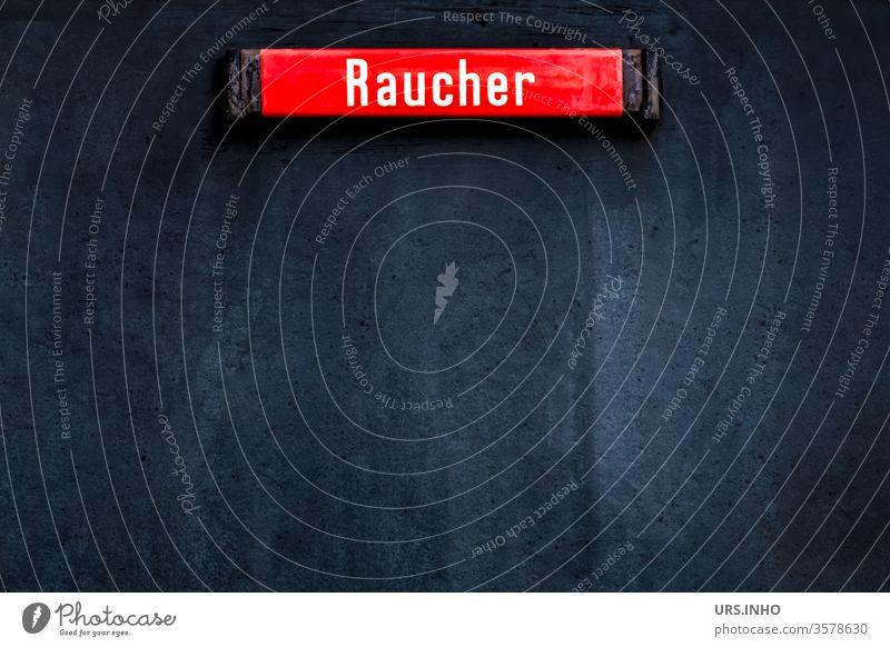 blaue Fläche mit einem roten Hinweisschild für Raucher Schild Symbol Zeichen Schilder & Markierungen Vorschrift Außenaufnahme menschenleer