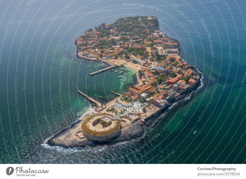 Luftaufnahme der Insel Goree. Gorée. Dakar, Senegal. Afrika. Foto von Drohne von oben gemacht. UNESCO-Weltkulturerbe. senegal dakar Inseln Sklave Antenne