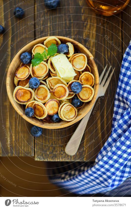 Trendige Komfortnahrung - Pfannkuchen mit Müsli in der Schüssel Pfannkuchen-Getreide Frühstück Lebensmittel süß Dessert Mahlzeit Schalen & Schüsseln Snack