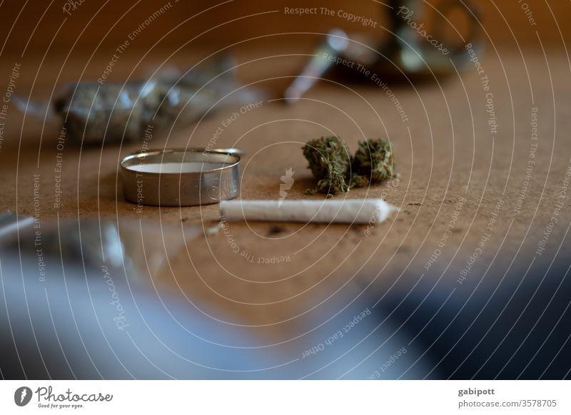 Kifferutensilien Cannabis Hanf Rauschmittel Menschenleer Gras Farbfoto Nahaufnahme Kiffen Joint Rauchen ungesetzlich THC Alternativmedizin Marihuana