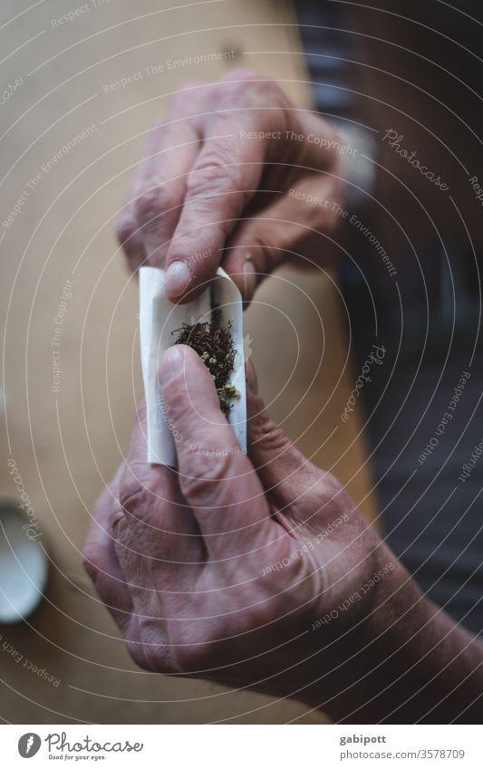 Joint drehen Haschisch Gras Cannabis Marihuana Hanf Drogen Drogensucht Betäubungsmittel Rauschmittel illegal Medikament Nahaufnahme thc Kiffen Zigarette Sucht
