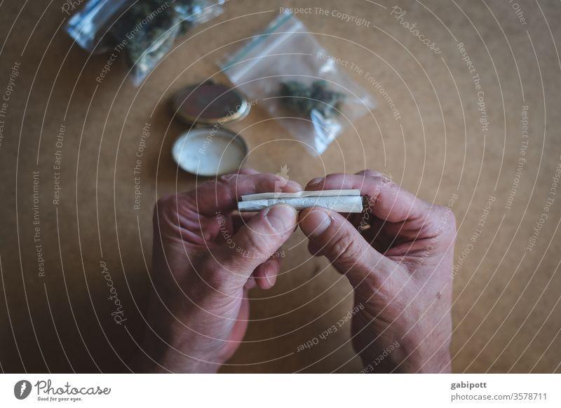Joint drehen Cannabis Rauschmittel Sucht Rauchen Drogensucht Hanf Nahaufnahme ungesetzlich Farbfoto Alternativmedizin Menschenleer THC Politik & Staat