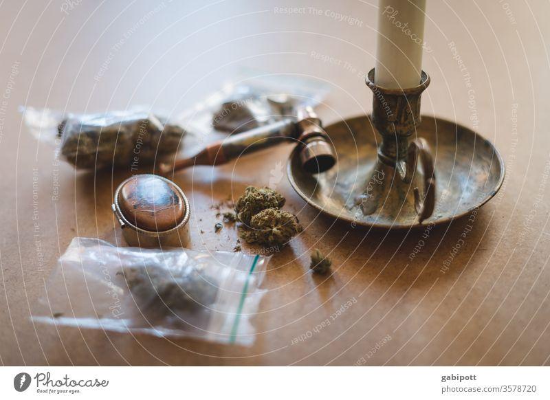 Cannabis in Tütchen auf dem Tisch Hanf Pflanze Rauschmittel grün Alternativmedizin Nahaufnahme Farbfoto Menschenleer Tag Rauchen THC Schwache Tiefenschärfe
