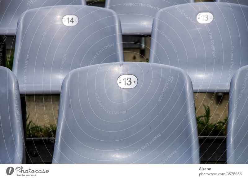 künstlerische Grauzone Theater leer Stühle Bestuhlung Publikum Verbot Aufführung Oper Konzert frei Reihen Stuhlreihen grau dreizehn vierzehn 13 14 Rang