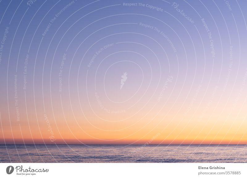 Farbenprächtiger Himmel nach Sonnenuntergang. Sonnenuntergang auf dem Hintergrund des Meeres. Blaue Stunde Strand MEER Horizont blau rosa Abenddämmerung rot