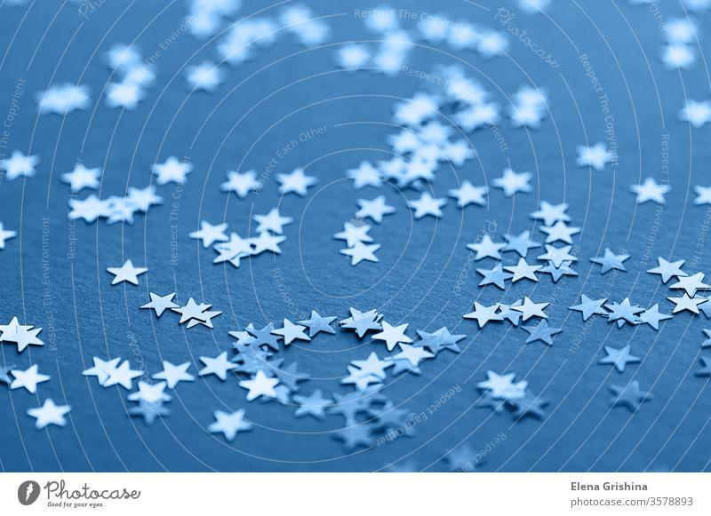Blauer Glitzerhintergrund. klassisch blau 2020 Stilrichtung Farbe Weihnachten Hintergrund Glitter Stern funkeln Textur Muster glühen glänzend verschwommen Bokeh