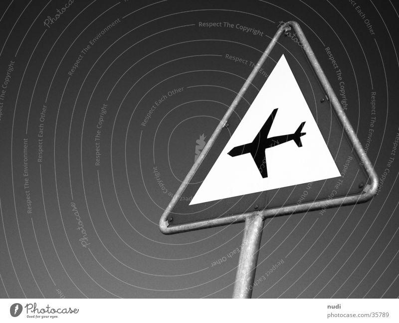 airworld #3 Flugzeug Luft Symbole & Metaphern schwarz weiß Froschperspektive Fototechnik Himmel Zeichen Signet Respekt