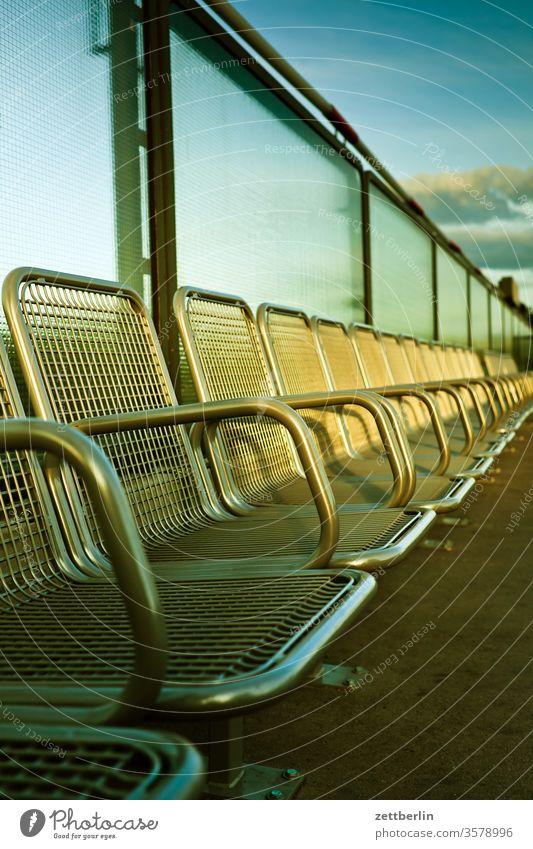 Leere Sitzreihe / Wartezone berlin stuhlreihe sitzplatz ferne leer flugbahn wartezimmer warten taxistand flughafen sitzreihe flugplatz himmel horizont