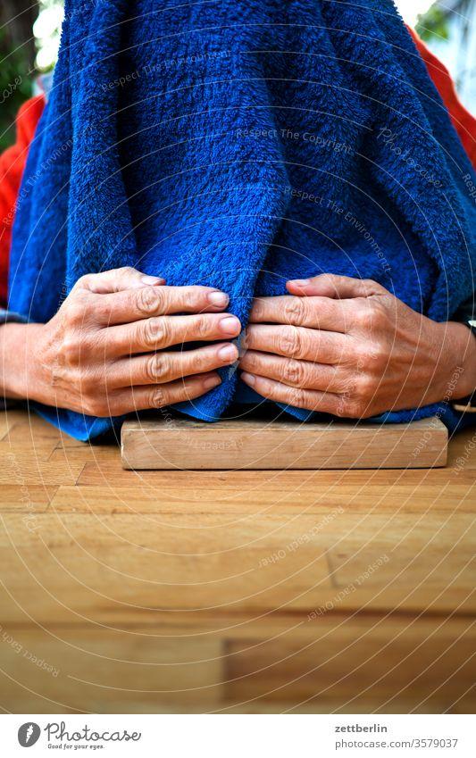 Inhalieren bei Erkältung bronchien dampfbad erkältung frau gesundheit hand handtuch hausmittel heilpraktiker heiserkeit hände inhalation inhalieren kopf