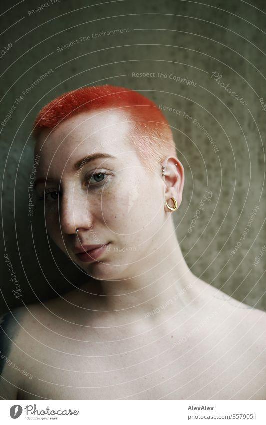 Portrait einer jungen Frau vor einer Betonwand punk alternativ urban Stadt Leben einzigartig Identität Stil authentisch ästhetisch Zentralperspektive Blick Haut