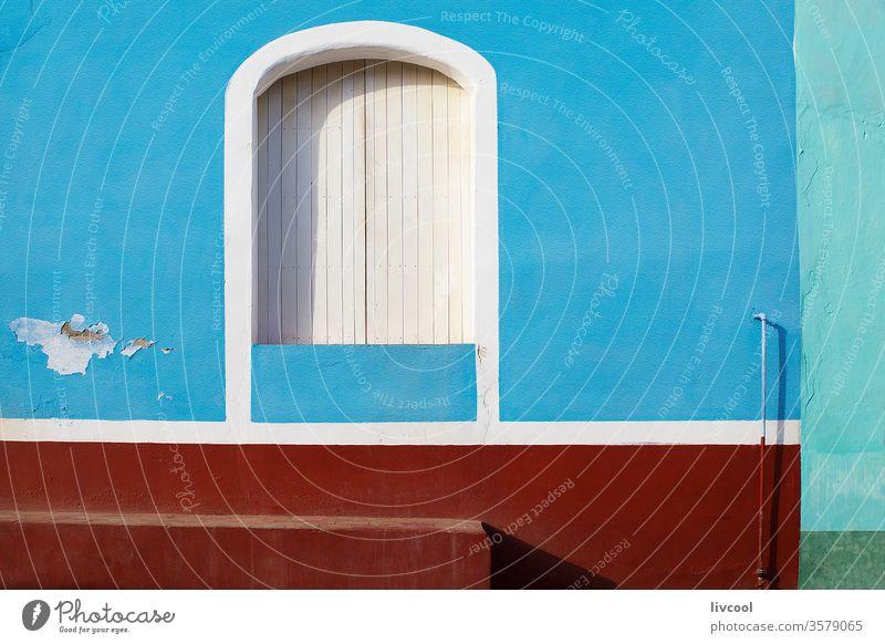 Weißes Fenster an blauer Wand, Trinidad - Kuba alt trinidad Karibik retro altehrwürdig farbige Tür weißes Fenster Straße Eingang Großstadt Tourismus Feiertag