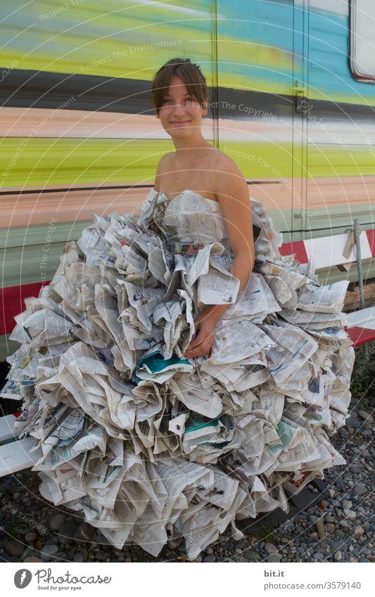 Haute couture I Kleid aus Lesestoff Mädchen Junge Frau Zeitung Medien Zeitschrift Printmedien lesen Bildung Information Papier Journalismus Wissen Mode Zirkus