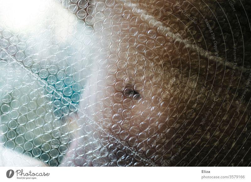 Der Körper einer Frau verdeckt von Luftpolsterfolie Bauch verletzlich Body Shaming Körpergefühl Selbstwertgefühl Bauchnabel abnehmen nackt Erotik feminin