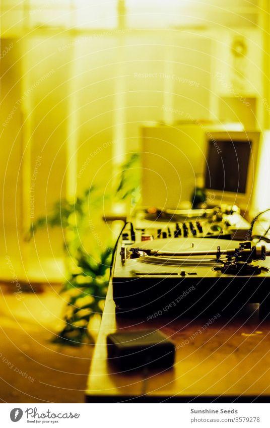 Retro-DJ-Plattenspieler und alter Computer Stimmungsbild Antiquität Audio Hintergrund Kontrolle Decks Scheibe dj unterhalten Entertainment Gerät im Innenbereich