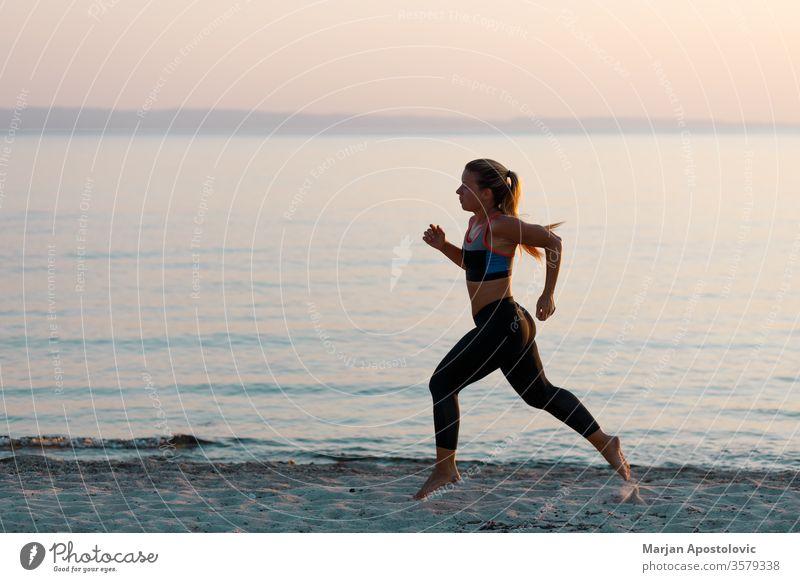 Junge sportliche Frau läuft am Strand Sport Läufer rennen Erholung Training Gesundheit passen jung Athlet Übung Lifestyle Fitness aktiv Sportbekleidung Energie