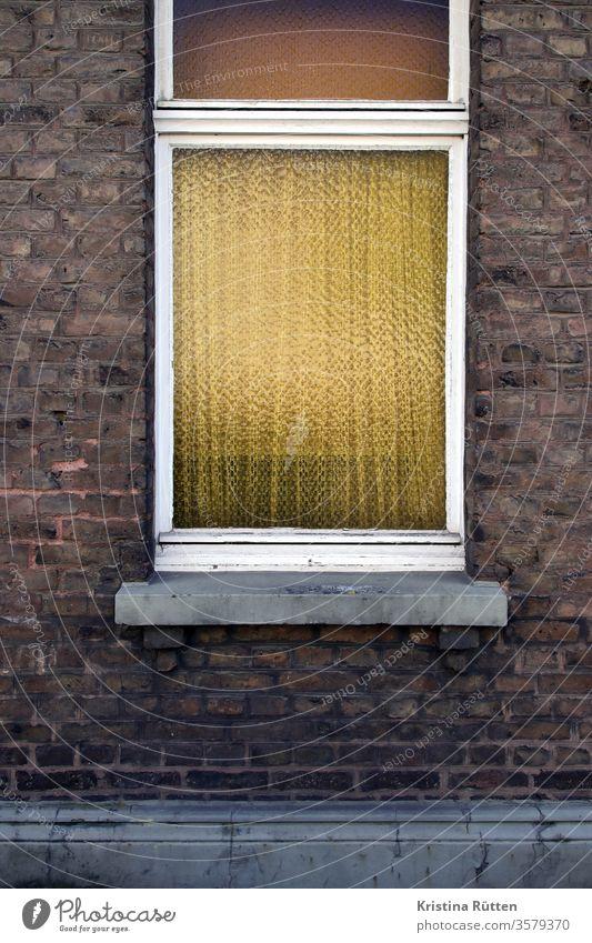 backstein fassade mit strukturglasfenster fensterglas sichtschutz gardine fensterbank haus ziegelstein kathedralglas ornamentglas verglasung retro vintage
