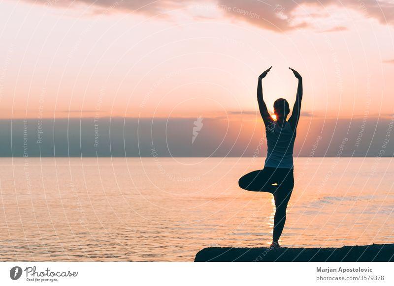 Junge Frau macht Yoga am Strand Sport sportlich strecken Erholung Training Gesundheit passen jung Übung Lifestyle Fitness aktiv Energie Wellness Aktivität