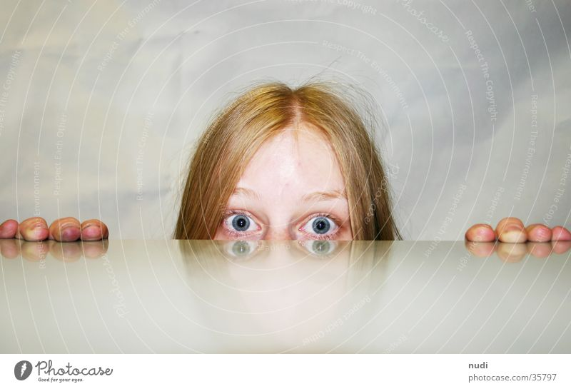 hörst du schlecht? Frau Hand rot Auge Haare & Frisuren Kopf Nase groß Wut Augenbraue erstaunt Stirn