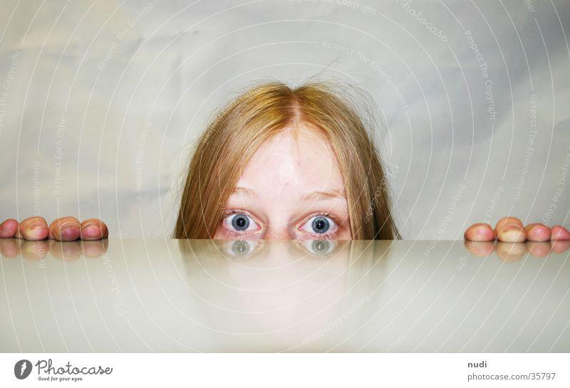 hörst du schlecht? Hand Stirn Augenbraue groß rot Wut erstaunt Reflexion & Spiegelung Frau Kopf Haare & Frisuren Nase