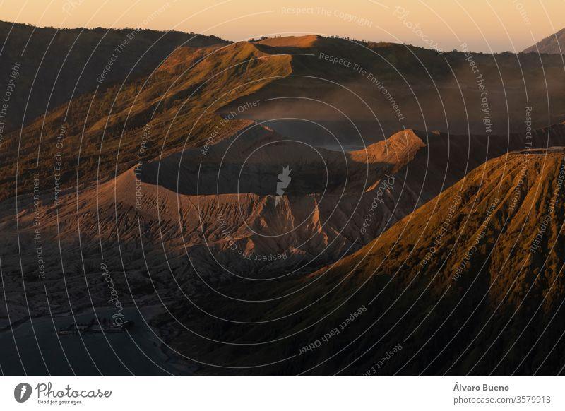 Nahaufnahme des Sonnenaufgangs am aktiven Vulkan Bromo und dem Tengger-Massiv in Ostjava, Indonesien. Landschaft Reisefotografie Hügelseite Himmel