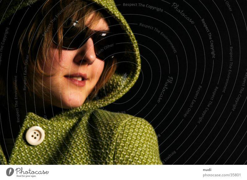 any Frau grün schwarz dunkel Haare & Frisuren Kopf groß Mantel Sonnenbrille Knöpfe Kapuze Brille