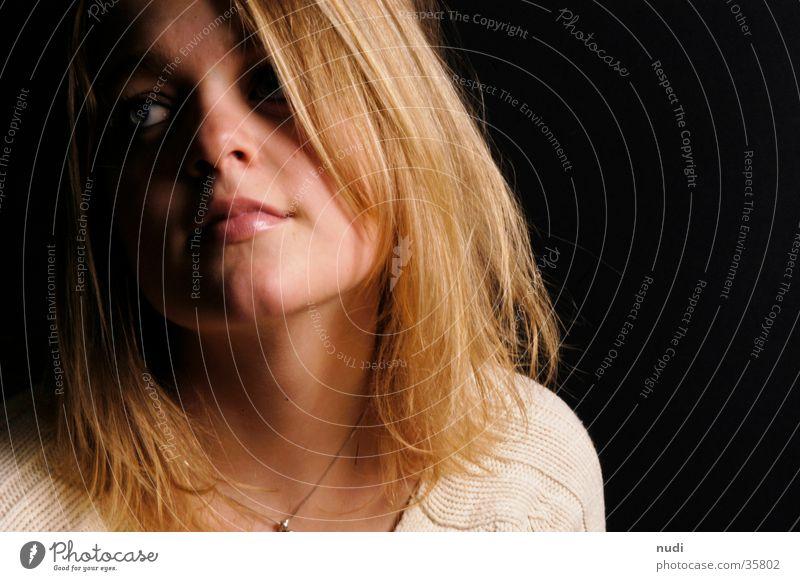 fernweh Frau blond weiß schwarz Gesicht Nase Mund Auge geneigt Blick Haare & Frisuren