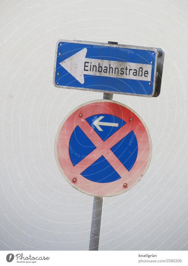 Zwei Verkehrsschilder - Einbahnstrasse und absolutes Halteverbot - an einem schief stehenden Pohl Verkehrszeichen Schilder & Markierungen Hinweisschild