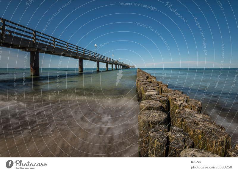 Seebrücke Kühlungsborn Ost. Strand beach Küste Meer sea Ozean Sandstrand Buhnen Pfahl pfähle strandbefestigung Natur Naturgewalten Gezeiten tides Sommer
