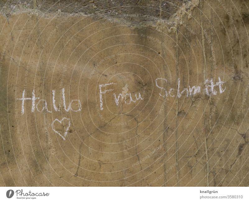 """""""Hallo Frau Schmitt"""" und ein Herz mit Kreide auf eine braune, dreckige Wand geschrieben Mitteilung Liebe Gefühle Liebeserklärung Gruß Romantik Liebesbekundung"""