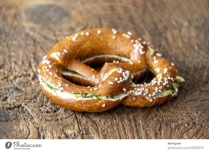 bayerische Brezel mit Butter auf Holz Butterbrezel Brot Deutschland Snack frisch Frühstück lecker Kaffee Hintergrund Essen Tisch Oktoberfest rustikal