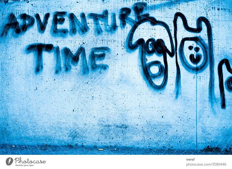 Schrift: adventure time Farbfoto Menschenleer Außenaufnahme Textfreiraum unten authentisch Freiheit Zentralperspektive Tag Straße Kleinstadt Symbole & Metaphern