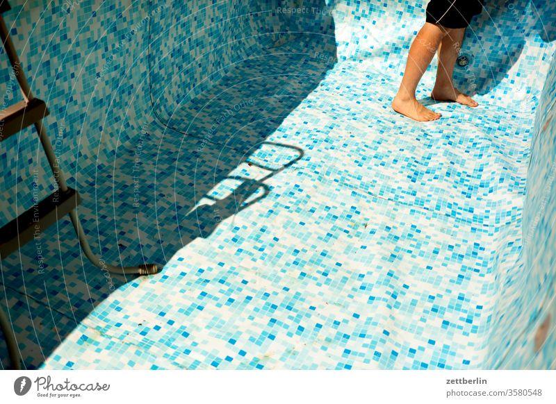 Beginn der Badesaison im Swimmingpool abkühlung becken einlauf erfrischung garten leer muster planschbecken schwimmbecken sommer swimmingpool wasser