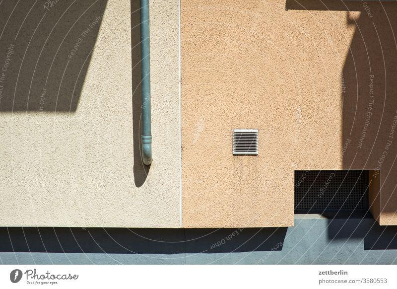 Fassade mit Licht und Schatten außen brandmauer fassade fenster haus innenstadt mehrfamilienhaus menschenleer mietshaus textfreiraum wand wetter wohnen