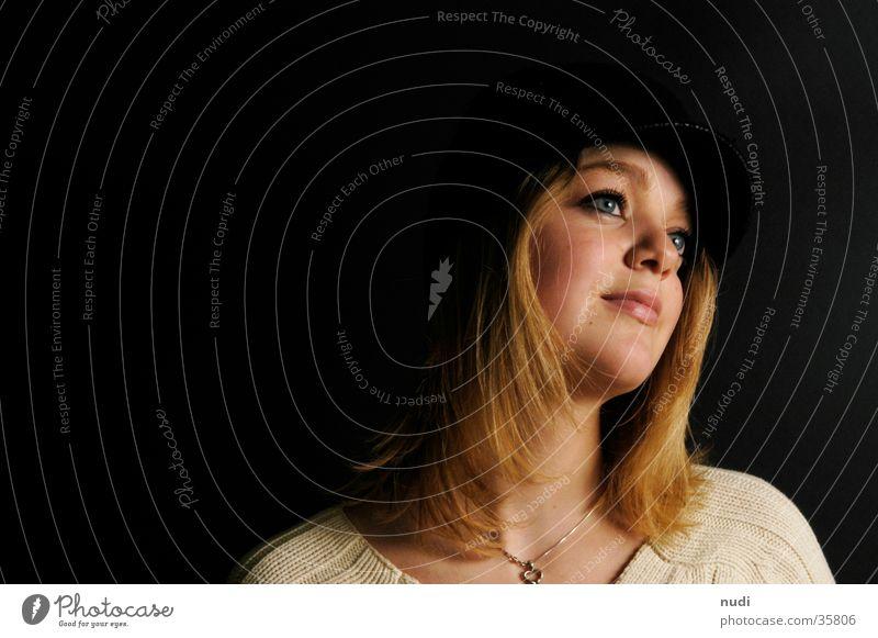 Fernweh Frau Gesicht schwarz Ferne feminin Haare & Frisuren blond Hut Pullover verträumt