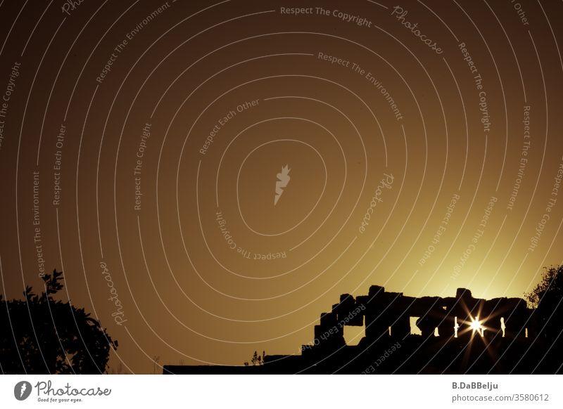 Alte römische Ruinen im Sonnenuntergang. Side Türkei golden gelb Farbfoto Ferien & Urlaub & Reisen Gegenlicht Menschenleer Licht Textfreiraum oben Außenaufnahme
