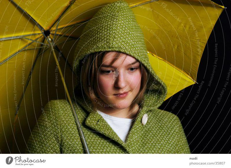 any Frau Regenschirm gelb grün Mantel Kapuze schwarz Gesicht Blick