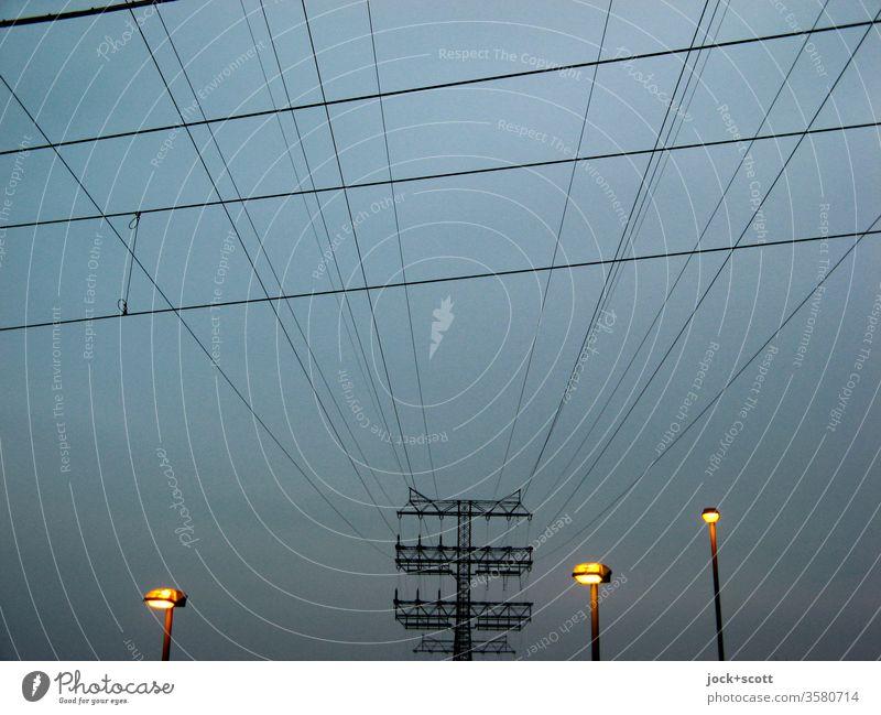 einige Hochspannungsleitungen bis zu den kleinen Straßenlaternen Stromleitung Umwelt Strommast Elektrizität Leitung Technik & Technologie Energiewirtschaft