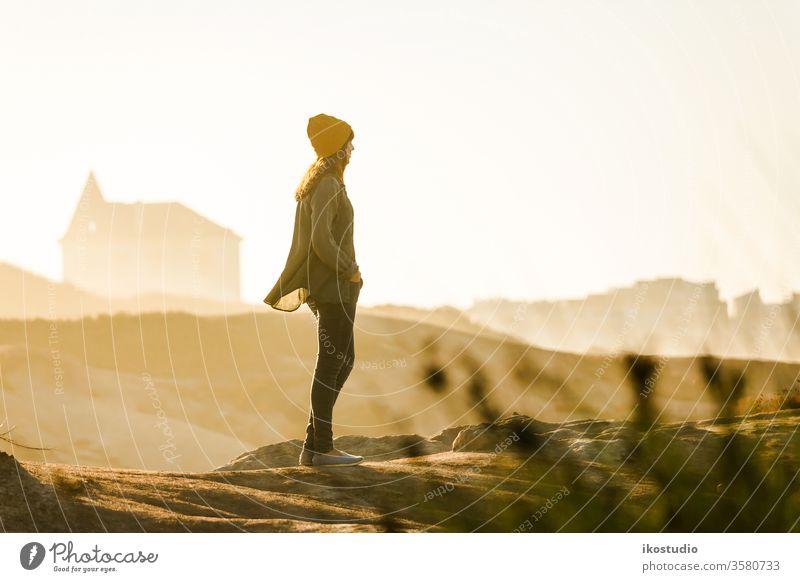 Frau genießt die Aussicht Strand reisen Abenteuer Reisender laufen Lifestyle Urlaub Wanderung wandern Person Natur MEER Ansicht Aktivität eine Meer blau Mädchen