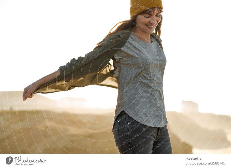 Gelbe Kappe Damen Frau Strand reisen Abenteuer Reisender laufen Lifestyle Urlaub Wanderung wandern Person Natur MEER Ansicht Aktivität eine Meer blau Mädchen