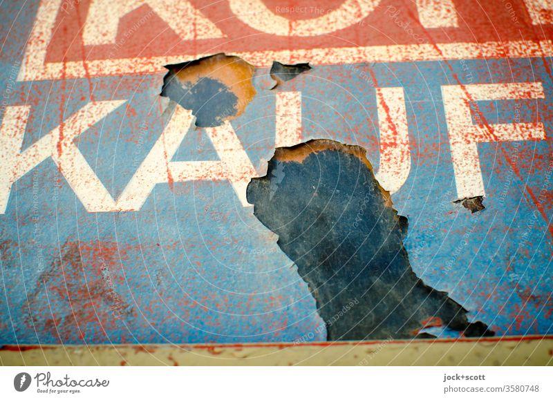 Ende und Aus vom ewigen Kaufrausch Wort Verfall Vergänglichkeit alt kaputt Zerstörung Vergangenheit Konsum verwittert Wand Oberfläche Großbuchstabe Design retro