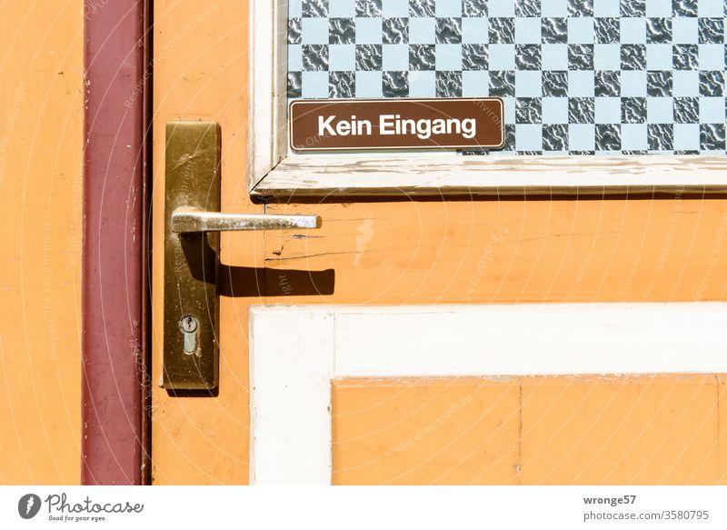 Kein Eingang Schilder & Markierungen Tür Ausgang Nahaufnahme bunt Gebäude Hinweisschild Außenaufnahme Menschenleer Haus Farbfoto Eingangstür geschlossen Tag alt