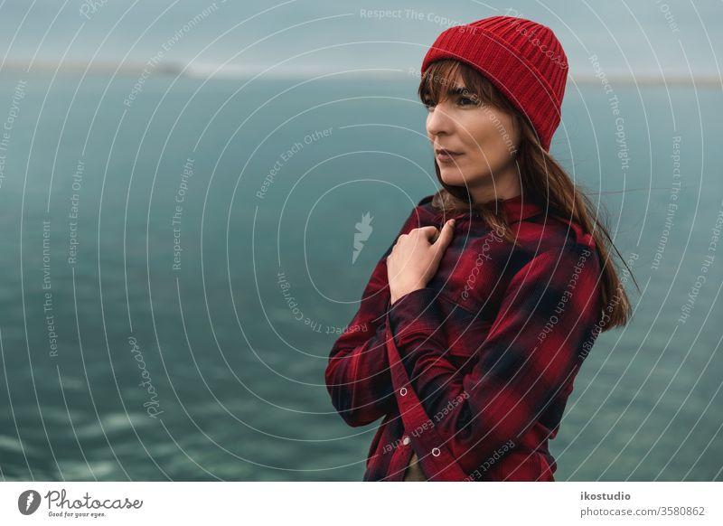 Es wird kalt Frau Porträt See Gelassenheit Natur sich[Akk] entspannen Landschaft Verschlussdeckel Hipster reisen Mode Reisender Gesicht entspannend Strand