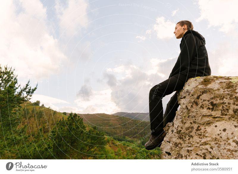 Reisende Frau bewundert gebirgige Landschaft Trekking Wanderer reisen Rucksack Berge u. Gebirge Hochland prunkvoll hoces del esva valdes Asturien Spanien Felsen