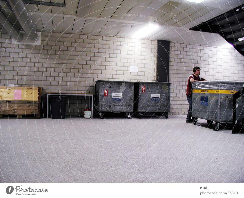 Tagträumer Mann Keller Müllbehälter Mauer Licht kalt Beton dunkel Fabrik Stein Lagerhalle
