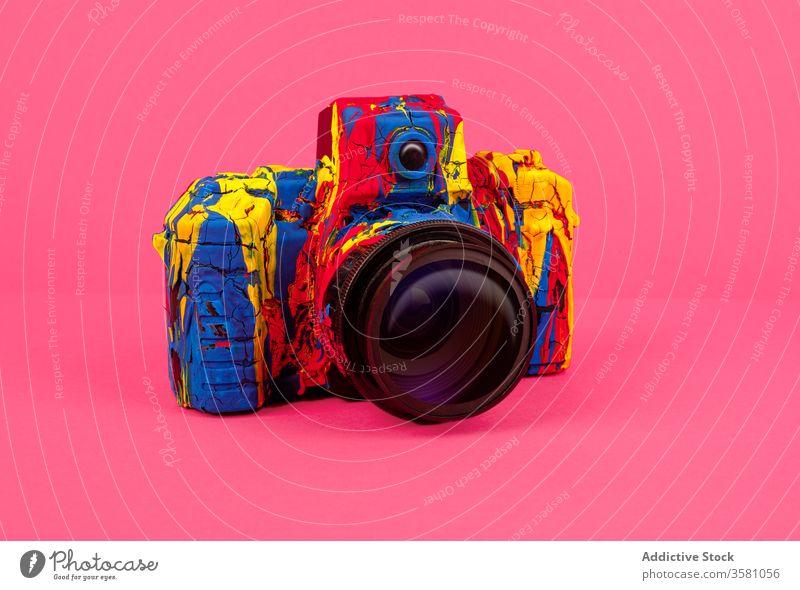 Farbige Fotokamera auf hellem Hintergrund Fotoapparat Farbe farbenfroh Fotografie kreativ retro Kunst Design Inspiration Konzept Stil Hobby Gedächtnis lebhaft