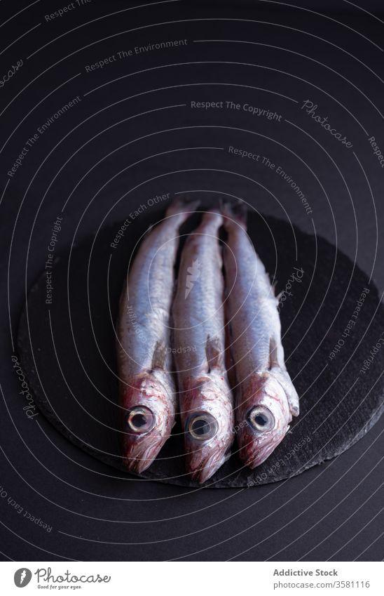 Frischer Stinkfisch auf Schiefertafel schmelzen Fisch Tisch Holzplatte Küche frisch Bestandteil Meeresfrüchte roh Feinschmecker ungekocht kulinarisch Produkt