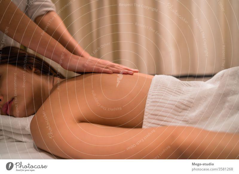 Junge Frau entspannt sich im Spa. Massage Therapie Behandlung eine Gesundheitswesen Hand bequem Tagespauschale aussruhen Tisch zugeklappt Vergnügen Reinheit